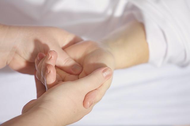 kezelés az ujjak között)