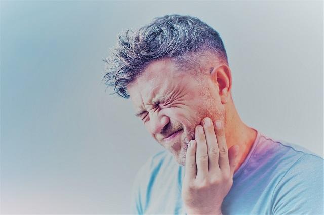 hányásos tünetekkel küzdő ember)