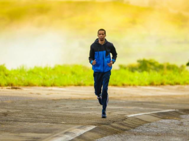 futni az emberekkel)