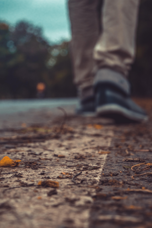 magányos cipő)