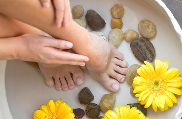 méregtelenítse a lábakat vízben)