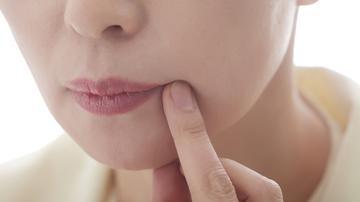A női nemi szemölcsök megjelenésének, kezelésének és fényképének okai a nők ajkán